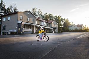 Frida Svensk cyklar till och från skolan på en väg där det går bussar och tung trafik.