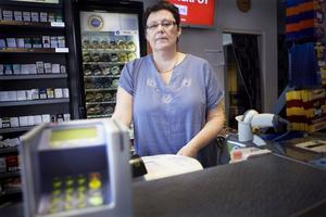 En av handlarna i Bollnäs som drabbas kraftigt av bankernas avgifter är Spelbutiken.- Ett stort aber för oss och helt enkelt skit, är Maria Nylunds dom.