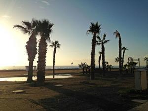 Semesterparadiset Cypern. Dit vi svenskar åker för att sola och bada och njuta av det varma vädret. En annan verklighet möter de människor som söker asyl i landet.