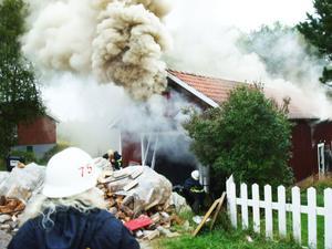 Det vällde ut rök från det brinnande uthuset. Först när rökdykare gick in kunde de lokalisera elden.
