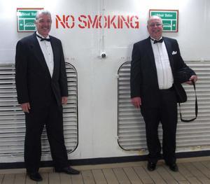 Bosse och Helge i smoking på kryssningsfartyget Veendam.