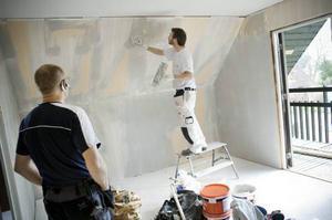 Jonas Eriksson Åke Bengtsson är en av de som nappat på att renovera sitt hus genom att utnyttja ROT-avdraget. Målaren Johan Andersson får helt enkelt göra det tidskrävande arbete som Åke ratar.