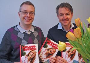 Lars Ingels och Johan Pellas skänker tjugo exemplar av Leksandshistorier till kommunens särskilda boenden.