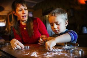 Benjamin Ljuslin, 3 år bakade pepparkakor tillsammans med sin mamma Åsa Jansson. Han tyckte det var roligt att baka och passade på att smaka på pepparkaksdegen.
