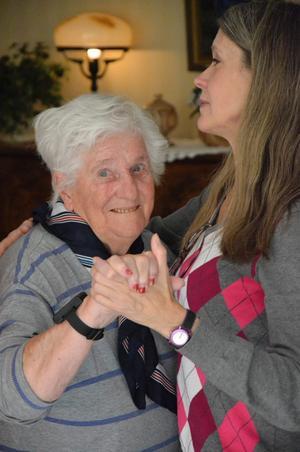 Gertrud Eriksson tar sig en sväng om med enhetschef Margaretha Rosén.