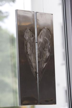 Populärt. Kenneth Sjöholm har upptäckt att hjärtan är populära. Här är ett konstverk gjort av plåthyllor på Ikea.