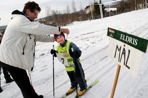 Sist ut att få medalj var Elias Blank – Karin Holmström hängde pengen runt halsen vid