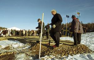 Första spadtaget för nya infartsleden togs i november 1998. Nynäshamns dåvarande kommunalråd Tommy Söderblom (S) var en av dem som satte spaden i jorden. Foto: Torbjörn Carlsson/HGbild