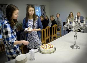 Elin och Bodil Kindlundh tar för sig av tårtan.
