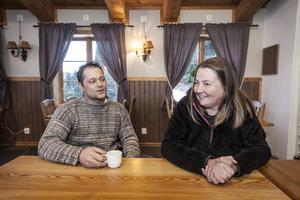 Umberto Elia och Petra Mercandino ser fram emot att snön ska få fäste och turisterna ska komma till Stora Blåsjön.    – Vi hoppas få ordning på allt och kunna öppna lagom till Lucia, säger Petra.