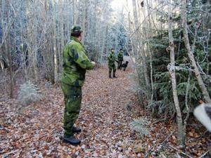 Leif Melsom, närmast kameran, tar ut avstånden innan det är dags att söka igenom området till höger.