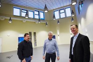 Jon Olofsson, ordförande Bergs hyreshus, Sven-Erik Freskgård, fastighetschef och Hans Green, vd för Bergs hyreshus står i ljushallen.