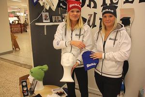 Mössor. Jessica Lövgren och Natalie Solström tävlade med UFföretaget Skilz UF. De har tagit fram en logo som de trycker på mössor.