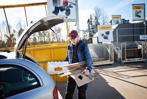 Återvinnare. Mikael Elofsson försöker ge bort eller sälja så mycket det går. Resten går till Tveta.