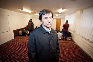 Uzbekerna litar på att polisen gör allt för att få fast attentatsmannen.– Vi ställer inga frågor. Vi låter dem jobba, säger Daniel Egmberdsson.