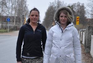 Line och Christine Hansen gjorde resan från Danmark upp till Sveg för att hämta hem sin morfars urna.