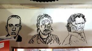 Ungdomarna på studion i Betlehemskyrkan vet att deras musikledare Mattias Ericsson älskar Lars Winnerbäck och har därför ritat av Linköpingssonen. Kan du gissa vem personen till höger är?
