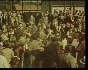 Färgfilm. Arturs Åslund var sannolikt en av de första filmarna i Sverige som använde färgfilm. Här har han fångat studentexamen i Sandviken 1939.