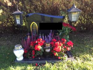 Den 42-åriga kvinnans make grav. Maken grävdes upp under hösten för att en ny obduktion skulle kunna utföras.
