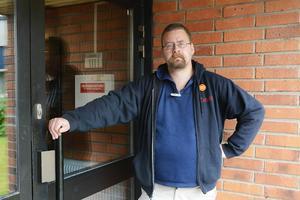 Hit men inte längre. Martin Löf och KP är inte välkomna in på Hjalmar Strömerskolan.