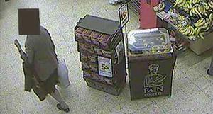 Kvinnan fastnade på bild av butikens övervakningskamera. Här ses hon lämna butiken med kassen full av mat.