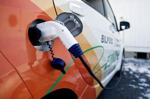 Landstinget i Västernorrland ligger i topp bland landets landsting och regioner när det gäller att använda miljöbilar. Nu ska man också börja testa elbilar.