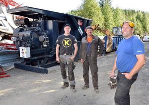 Anton Halvarsson, Kent Göransson och Fredrik Karlsson framför den nya skrothanteringsmaskinen i Mjösjö.