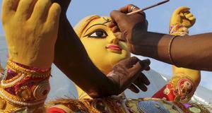 En artist målar en avbild av gudinnan Durga.