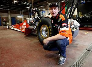 BÄST I EUROPA. I 20 års tid har Micke Kågered kört dragracing och han har vunnit EM fem gånger. Här är hans senaste bil som snabbt kommer upp i en hastighet av 500 km i timmen. I helgen provkör Micke bilen inför EM på Tierps nya dragracingbana.