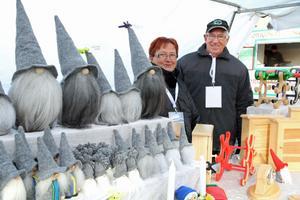 Berit Karlsson och Bengt Pettersson bland sina troll som de har tillverkat själva.