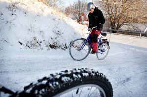 Insändarskribenten Emma Dahl skriver att hon kämpar på med cykeln i väder och vind, men nu har gränsen gått. Hon tycker att cykelvägarna är väldigt dåligt skottade och sandade i Skövde. Bilden är en arkivbild och en illustration. Foto: Arkiv