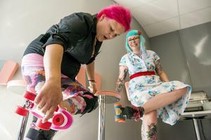 Pink Ladies Malin Överby jämför rullskridskor med Johanna Malmqvist från Heather Hellraisers Rollerderby.