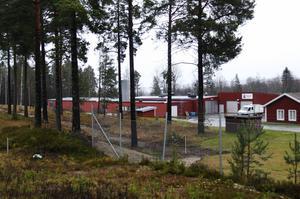 Längs hela sträckan mot Vältbottenvägen kommer det att sättas upp ett högt staket för att stoppa objudna gäster.