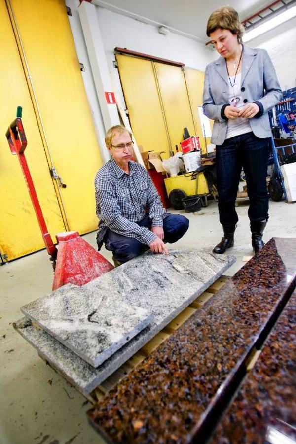Med natursten i köksbänken vinner Stefan Jönssons företag nya kunder. Åsa Bergström-Schahine, regionchef på Företagarna i länet, får en inblick i hur de framställs.