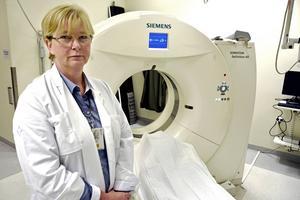 Liselott Mafi, länsklinikchef för röntgen och klinisk fysiologi, känner en oro för patientsäkerheten med de långa köerna för MR-undersökningar.