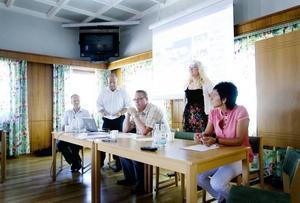 En situation där alla parter vinner. Så gick tongångarna när den nya internetbaserade upphandlingstjänsten presenterades. Inköpschefen Håkan Bergström, näringslivschefen Michael Norell, kommunalrådet Peter Kärnström samt företagarna Ann-Louise Kleen och Lisa Wiik deltog.