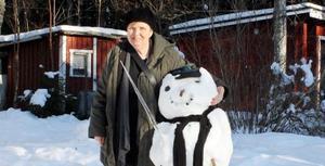Snögubben har Ingrid Sköldin byggt tillsammans med sina barnbarn. När hon får tid över målar hon gärna favoritmotivet björkar.