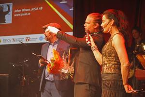 Med handen i rejält bagage efter en valborgssmäll tog Johan Olsson från Josia AB emot utmärkelsen Årets företagare i Ovanåker.