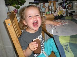 Så här lycklig blir man av en glass hos farmor och farmor en helt vanlig lördagskväll.