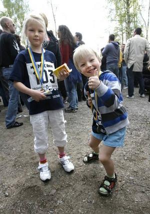 Signe och Eddie Björnström Östlund fick medalj.