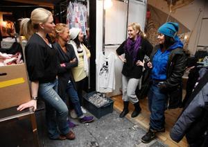 Annette Modin, längst till höger, har samlat sina anställda för en genomgång. Till höger Madelene Borg, Desire Lindström, Anna Bäärnhielm och Åsa Wiklund.
