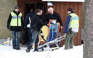 Den 44-årige mannen sköts i höger lår av en polis. Här förs han ut ur fastigheten på Kvarnberget.FOTO: STAFFAN BJÖRKLUND