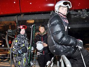 Ola Strand, närmast, och kompisarna Emil Kvello och Adrian Mogstad från Verdal hade åkt skidor hela dagen och tänkte fortsätta natten igenom. Jättebra skidförhållanden för att vara början på säsongen, var deras åsikt.