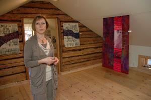 LITENHET. Gästutställaren Mirjam Pet-Jacobs, Holland, uttrycker med textil och färg människans litenhet.