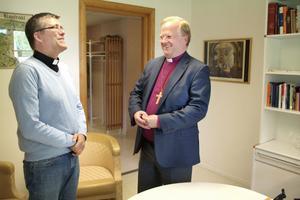 Under visitationen samtalar biskopen även med bland andra anställda och förtroendevalda. Här pratar han med prästen Per Jernqvist i Johannesgården i Alfta.