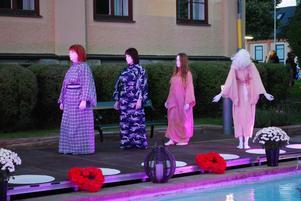 Därefter trädde de tysta, mystiska, japaninspirerade buthodansarna in på scenen.