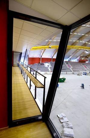 Barhäng. Från konferensen på tredje våningen har man bra utsikt ut över arenans golv. Plats för dryck finns också.