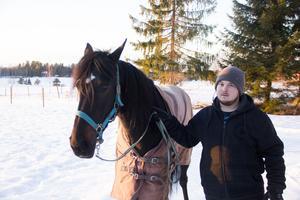 Den 7 januari vann Jerry Strömstedts (bilden) häst Kenzi V75. Det var en otippad vinnare  och den som satsade pengar på Kenzi fick 64 gånger pengarna. Körsven den gången var Claes Sjöström.