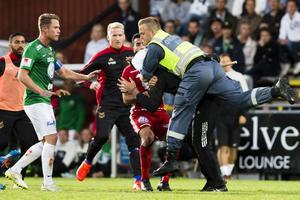 En ordningsvakt brottar ner den 17-årige planstormaren under matchen mellan Jönköping Södra och Östersund.