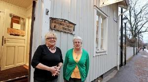 Hantverkarna och konstnärerna Lillemor Jensen och Marianne Lundkvist Karlsson tycker att det är ledsamt att de får slå igen butiken. Foto: Johnny Fredborg
